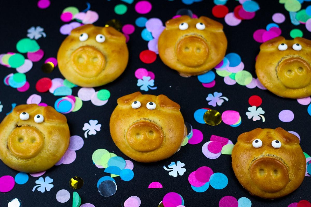 Glücksschweinchen aus Hefeteig mit Nussfüllung - Kathis Rezepte