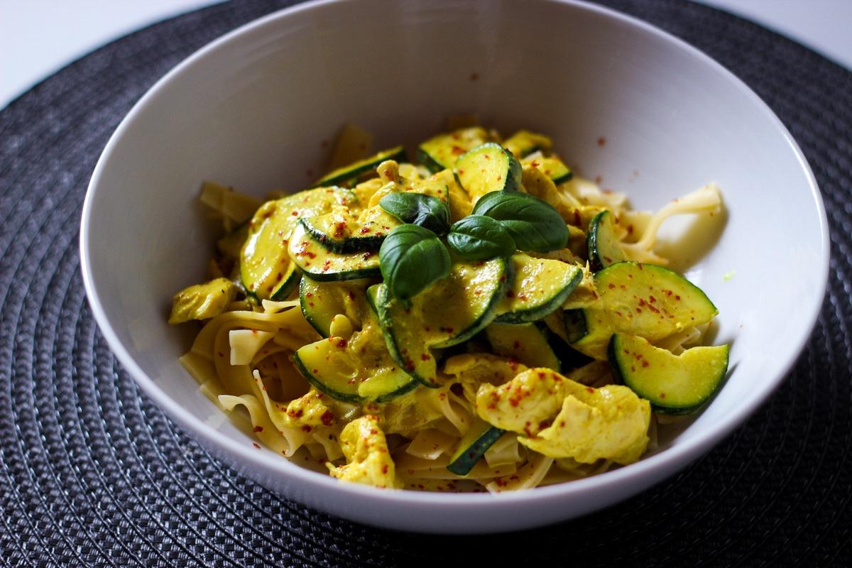 Hähnchen Zucchini Curry mit Nudeln - Kathis Rezepte